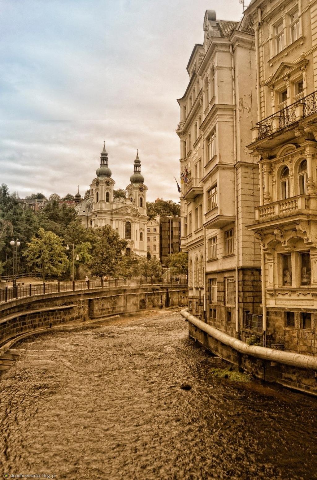Karlovy Vary - rzeka Tepla widok na Kościół Marii Magdaleny