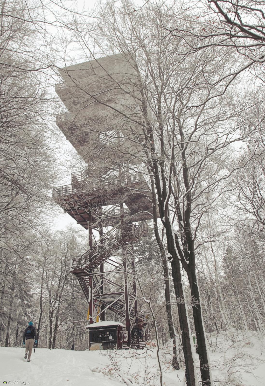 Wieża w Wieżycy,śnieg i czynnik ludzki :)